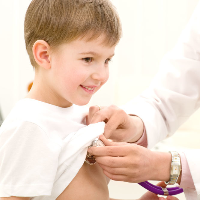 Docteur auscultant un enfant